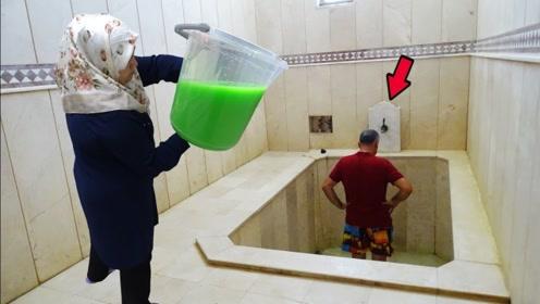 国外老太太制作超大桶史莱姆,对着老头就是浇:别怕,给你洗头呢!