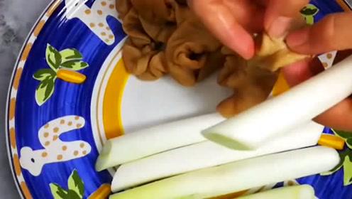 猪大肠的特色吃法,蒸着吃保证口感和营养,淋上汤汁美味极了