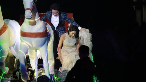 王祖蓝与老婆李亚男甜蜜依偎 帮提裙摆超绅士