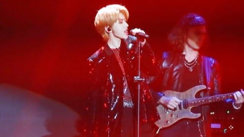 蔡徐坤现场唱新歌《重生》,转型玩摇滚,台下粉丝疯狂了!
