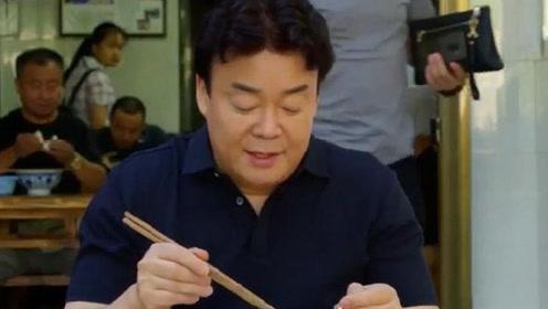 韩国美食家体验中国羊杂汤,老板多盛了一碗汤,看把他乐成啥样了