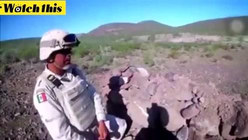 士兵刚一拉动手榴弹引信 下一秒就悲剧了