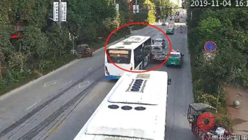 监拍:小货车行驶强行变道加塞 遭公交车顶撞前行