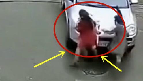 三美女逛街,不料被新手女司机拦腰撞飞,路人魂都吓没了!