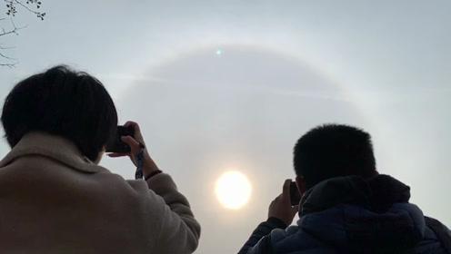 抬头看!北京上空出现日晕景观 彩色光环围绕异常美丽