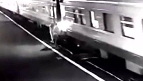 女子试图跳上行驶中火车不幸失足跌落 一只腿当场被碾断