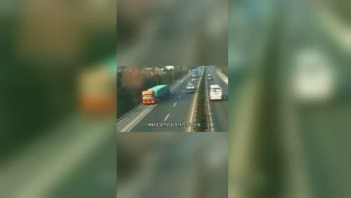 奥迪高速路上玩急刹,大卡车反应不及,只能碾压过去!