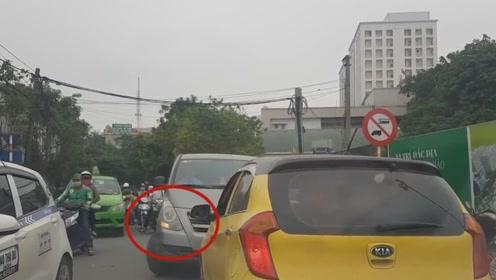 黄色小车司机任性十足,看到逆行就怼,让人真解气