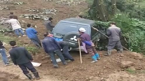 农村人淳朴热情,遇到公务车陷进去了,全村人都来帮忙救援!