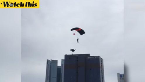 2名俄罗斯人在韩国市中心高楼玩跳伞 市民表示一脸懵逼