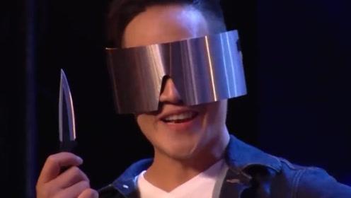 中国小伙表演飞刀魔术,英国主持人捂脸不敢看,下一秒全场沸腾