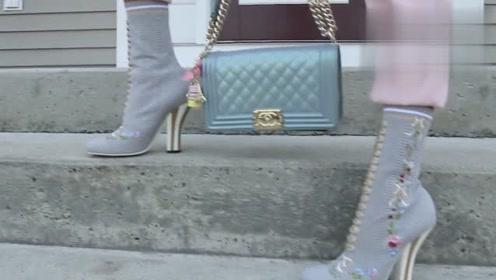 素人女孩如何改造?白色背心加粉色长裤,搭配浅色绣花靴
