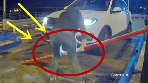 美女这脾气太爆了,下车后直接折断限行杆,保安都不敢拦!
