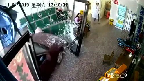 病情紧急,家属直接开车冲进医院挂号厅!