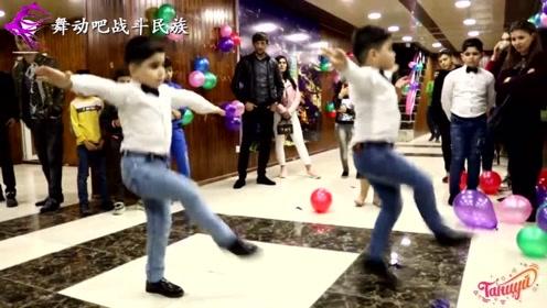 太有才了!阿塞拜疆7岁双胞胎小男孩跳舞,脚速真快