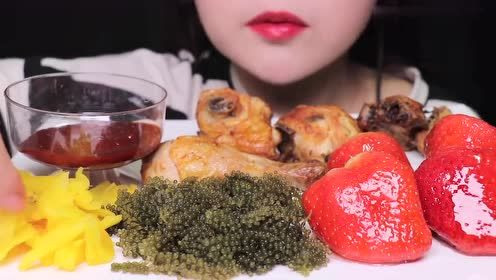 可爱小姐姐吃爽口海葡萄,还有大鸡腿和草莓,丰富又营养