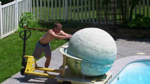 重达2048斤的浴盐球,推入泳池会怎样?老外亲测,场面瞬间失控