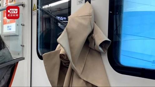无奈只开对侧门 女子坐地铁衣服被夹果断弃衣上班