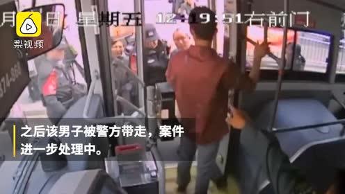 猥琐!男子公交车上偷拍裙底想跑,全车人挺身而出将其擒住