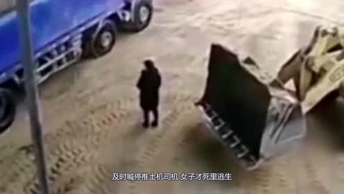 女子错过最后的机会,10秒后直接被铲车送进搅拌机!