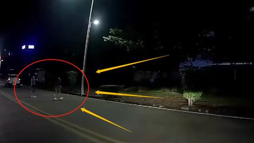 2个美女夜间逛马路,电动车小伙急刹车太悲剧,监控拍下惊险3秒