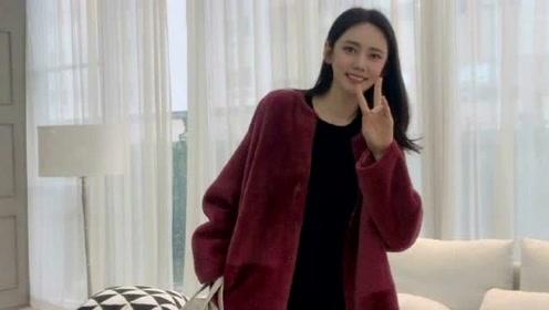 秋瓷炫酒红外衣甜美比耶少女感满分 贴心叮嘱粉丝不要感冒