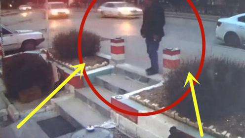 男子家门口抽烟,不料竟被轿车掳走,下一秒的场景太霸气了!