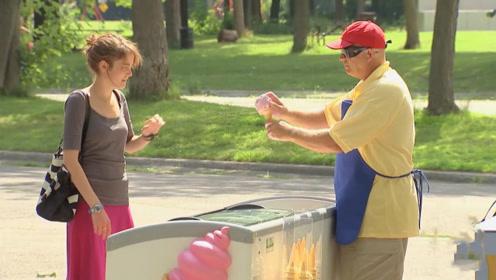 """老爷爷扮成盲人,直接用手制作""""冰淇淋"""",路人反应好暖心!"""