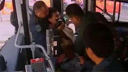 男子公交车里偷拍女乘客裙底被抓包 逃跑时被司机关在车内