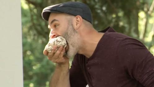 老外街头吃''人脑''并觉得很好吃,路人一脸震惊,恶作剧你们是认真的