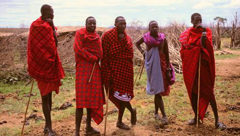 非洲一农村都是超模?打扮前卫时尚,打猎像是走T台!
