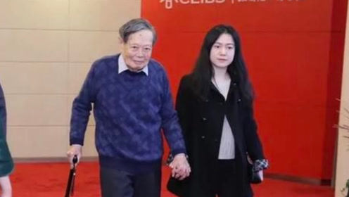 97岁杨振宁携妻子参加活动,驼背严重被搀扶,43岁翁帆却越发美丽