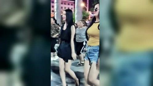 网红姐妹跳舞就是嗨,穿黑色衣服的美女好有气质