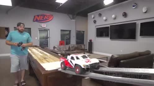 高科技遥控赛车!60马力飞跃垃圾桶!他能成功吗!