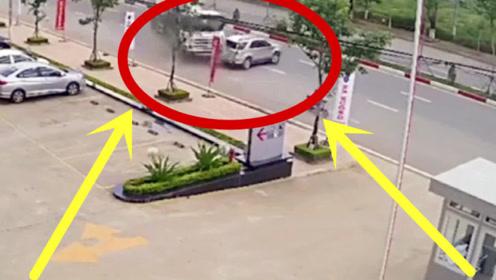 罐车失控猛撞轿车,无辜男子惨遭挤压,回放监控让人捏把汗!