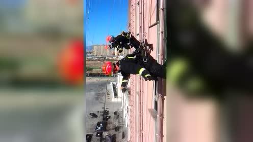 消防员飞檐走壁高空速降