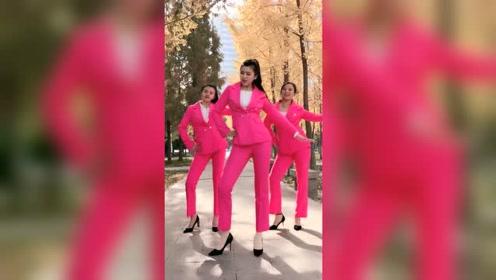 这三姐妹跳舞动作最有律动感了,尤其前面领舞的小姐姐