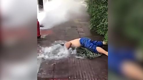 帅!消防栓受损大量清水喷涌而出  他光着膀子一头扎进水井抢修