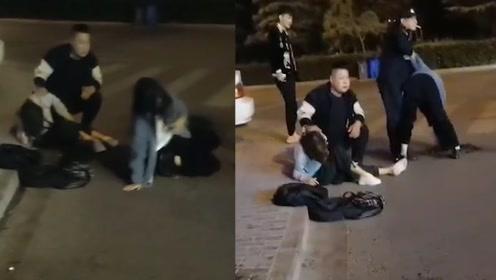 少女街头喝醉撒酒疯 爬在地上各种闹 幸亏民警及时救助