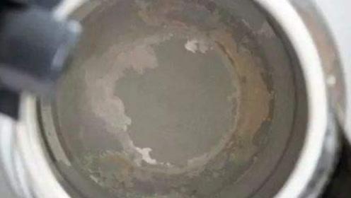 不管水壶水垢有多厚,不用一滴水,水垢立马通通消失,涨知识了