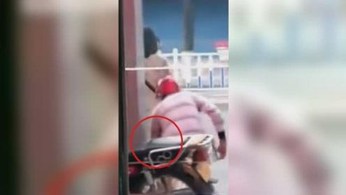 摩的司机当街偷拍等车女子 反遭路人拍下事发瞬间