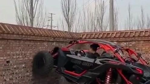 可以爬墙的汽车,小伙玩越野的胆子真大,真是上天入地无所不能!
