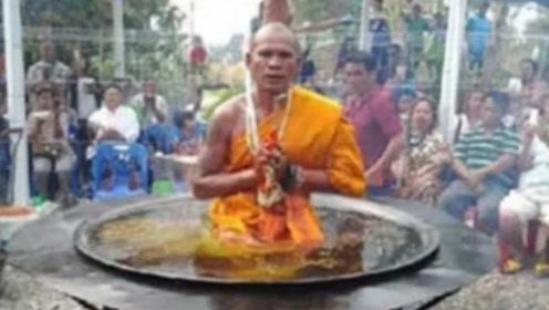 """泰国高僧表演""""油锅""""打坐,却被游客当场拆穿,场面极度尴尬!"""
