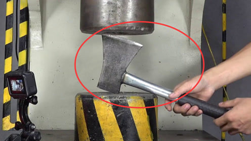 当斧头挑战200吨的液压机,究竟谁胜谁负?结果真是大开眼界!