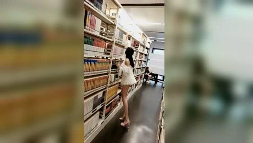 图书馆小哥哥真的太皮了,追了几层楼追到这个视频,赶紧快来看书呀