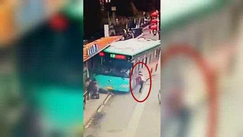 公交车冲上站台撞伤2人 女子提拎数袋商品神躲闪