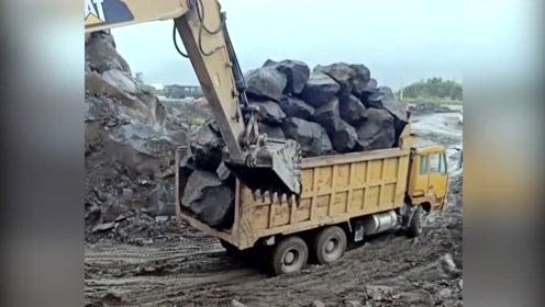 挖掘机司机绝对是个高手,看这车石头装得多完美啊