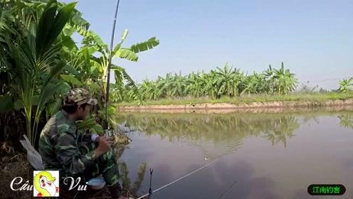 小伙河边撒下钓竿才知道这个位置就是好,鲫鱼鲤鱼不停的上钩
