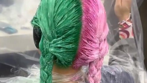 小姐姐居然染了这样的头发,请问你还敢回家吗?