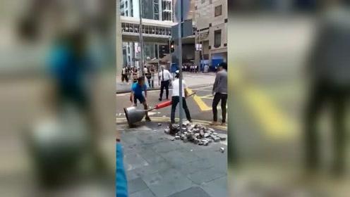 这才是爱香港!越来越多香港人上街头清理砖块